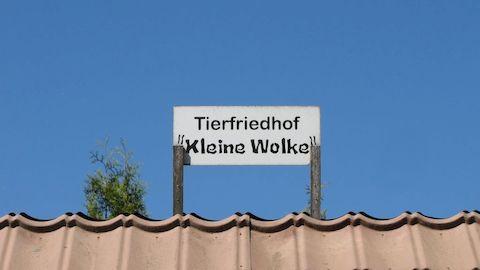 Das Schild auf dem Dach unseres Zierbrunnens